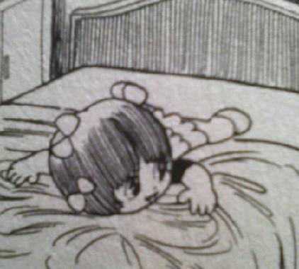 収納の女王・近藤典子さんが見たら、この無駄な空間に黙っていられないでしょう。 このベッドの配置に、一体なんの意味があるというのか\u2026\u2026。 \u2026! Σ(゚д゚ )ハッ!
