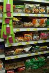 出前一丁が並ぶスーパーの棚