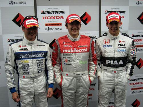左から2番手の本山哲、トップの松田次生、3番手の小暮卓史
