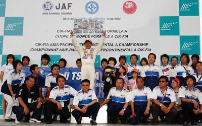 津田浩次選手の引退セレモニーでチームスタッフや家族との記念撮影