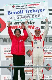 悲願のチャンピオンを獲得し、星野一義監督とチャンピオンボードを掲げるB・トレルイエ(左から)