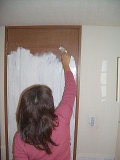 トイレドアのペンキ塗り中