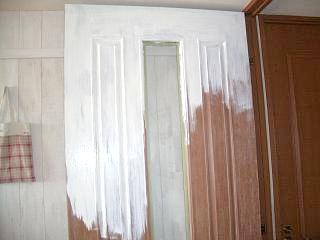 リビングドア塗装中