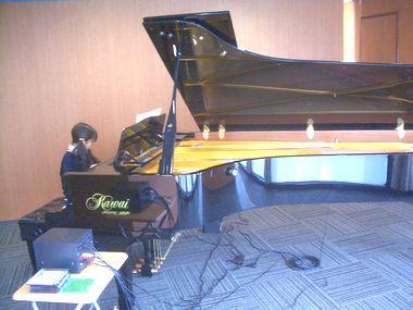 グランドピアノを演奏