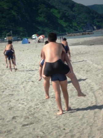 浜辺おんぶ走