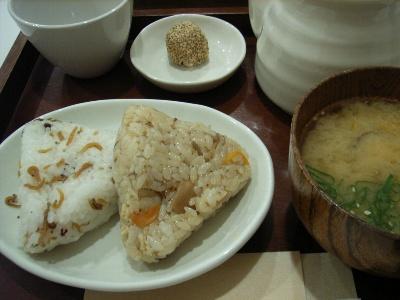 中央米穀のおにぎり(ちりめん山椒と五目)