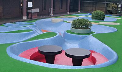 足跡広場(岡本太郎作)