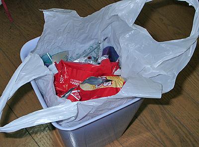 ゴミ箱にセットされたレジ袋