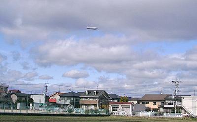 風にあおられながら飛ぶ飛行船