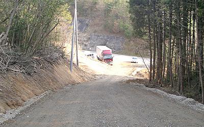 サーキット側から入口の道路を望む