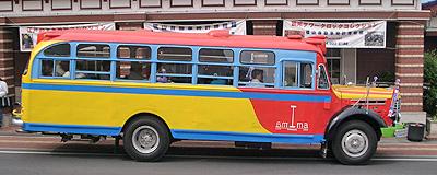 ボンネットバスのサイドビュー