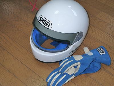 ヘルメットとグローブ