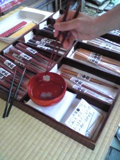 コンニャクをつまむ箸
