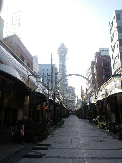 恵美須町駅を出ると…