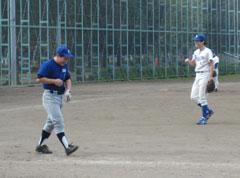 先頭村岡が死球で出塁