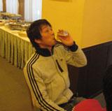 ビールを飲む佐藤