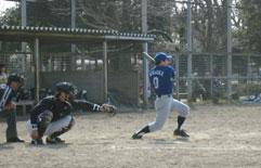 6回表、村岡が適時二塁打を放つ