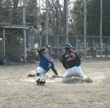村岡の適時二塁打で金井生還