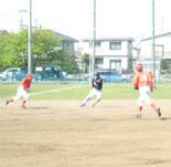初回裏、山崎が二・三塁間に挟まれる