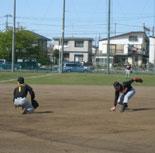 田中(左)がはじいたゴロを金井(右)がバックアップし、一塁で刺す