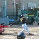4回裏、村岡が適時二塁打を放つ