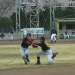 初回裏、金井が村岡と接触しながらもフライを好捕