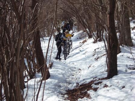 雪の中を登ります
