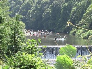 男川の水遊び