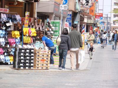 歩道いっぱいの商品