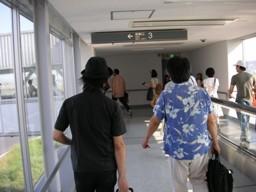 動かない歩道を意気揚々と歩く素川さんとYAZANさん
