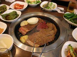 牛、豚の味付け骨付き肉