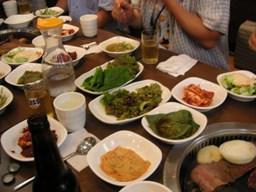 テーブル一杯のお皿