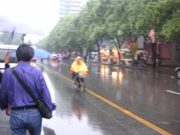 雨をものともしない黄色い弾丸!!