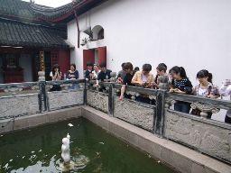 池の周りに集まる人々。