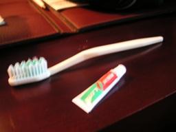 歯磨き粉は一昔前のボンドみたいな入れ物