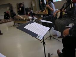演奏は七人編成の合奏です。