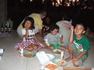 子供たちはピザで乾杯!
