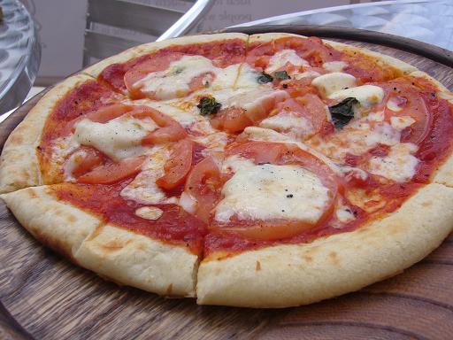 トマトとモッツァレラチーズのピザ♪