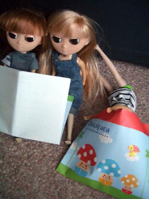 お手紙読んでるよ。