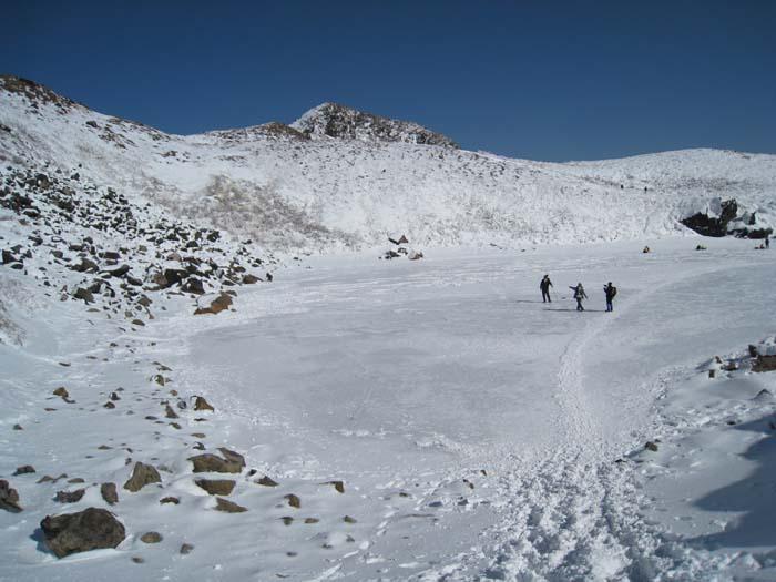 氷の上の登山道