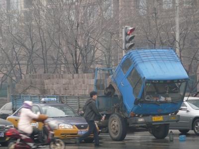 うなだれるトラック
