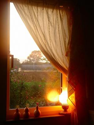 日暮れ時・窓辺