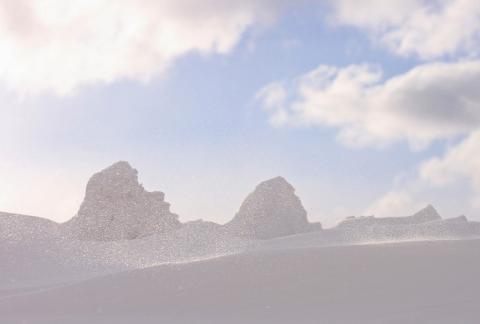 粉雪飛ぶ。