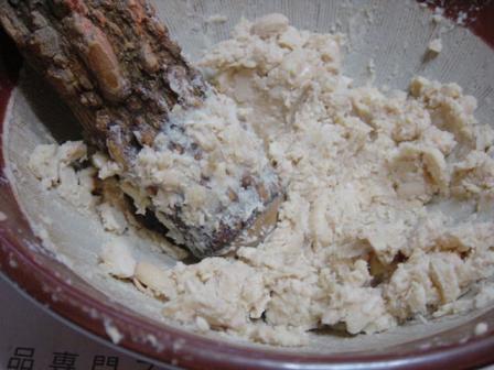 大豆が熱いうちにすりこぎでつぶす