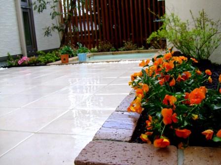 レンガ花壇とタイルデッキ