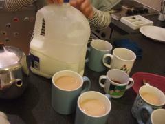 ミルクは2リットルちょっとの大ボトル。
