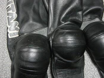 ツナギ膝位置