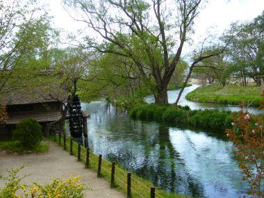 水車小屋と小川と緑