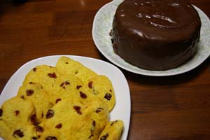 チョコケーキとコーンミールクッキー