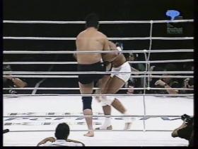 高田こらえて膝を飛ばす